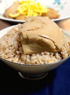 七草も終え、そろそろみなさん胃腸の疲れもとれてきた頃でしょうか。 今回は、飲み会疲れの胃腸にもしみ渡る、 と〜〜ってもシンプルなご飯ものの紹介です。 材料は、たったひとつ、 豆腐だけ。 甘辛いつゆのしみこんだ、とろふわ、つゆだくの豆腐丼です。 そう、あのおでんの老舗、日本橋お多幸の「とう飯」を 超かんたんに再現したレシピです。 もちろん何十年も注ぎ足し受け継がれているお多幸の味にはかないませんが、 おうちにある調味料とお豆腐だけで、お肉にも勝るしあわせ。 シンプルな素材勝負の煮物なので、できるだけ昔ながらの製法で作られた美味しい絹豆腐を選んでくださいね。 香ばしく炊いたほうじ茶ごはんに、アツアツの豆腐を豪快にのせて、 男前にかっこんでください!笑 疲れた体も、もりもり喜びますよ。 お豆腐は効率のよいタンパク源であり、ミネラル源。 ここからは、体の話。 ちょっとだけ付き合ってくださいね。 【体をつくる必須アミノ酸の話】 私たちの体はたんぱく質で出来ています。 そのタンパク質はアミノ酸からできています。 新しい細胞を作るのにも、 新しい血液を作るのにも、…