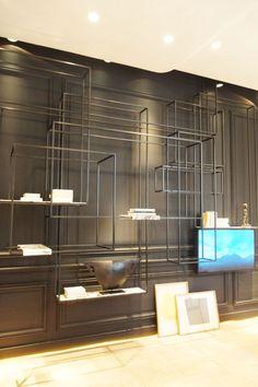 Le salon d'étude de Bismut & Bismut Impressionnante bibliothèque en métal et étagères en marbre