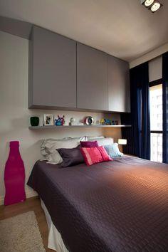 Quarto Pequeno: Se você tem pouco espaço, uma solução é aproveitar o espaço em cima da cama para colocar um armário. Projeto de Maurício Karam.