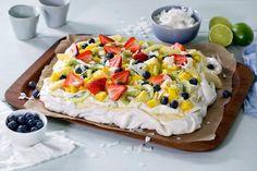 Dette er en enkel festkake å servere til mange. Pavlova-bunnen kan du lage i forveien, og så er det bare å lesse på med deilig vaniljekrem, stivpisket lime-... Dessert Names, Meringue Desserts, Anna Pavlova, Raspberry Sauce, Cake Recipes, Lime, Food And Drink, Birthday Cake, Snacks
