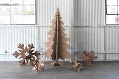 großer Weihnachtsbaum und Schneeflocken aus Pappe selber machen
