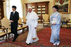 Pope Francis walks with Japan's Prince Akishino (L) and his wife Princess Kiko ® during a meeting at the Vatican