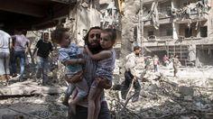 Ein Mann trägt seine zwei Töchter als er durch die Trümmer läuft. Assads Truppen haben den Stadtteil Aleppos in der Nacht zu Donnerstag mit Fassbomben angegriffen,