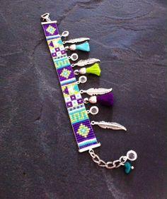 Bracelet Manchette Motif Géométrique Turquoise, violet, vert et blanc, breloques plumes, Swarovski et pompons vert, violet et turquoise.