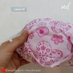 A beautiful mask you can make at home! Small Sewing Projects, Sewing Hacks, Sewing Tutorials, Sewing Crafts, Easy Face Masks, Diy Face Mask, Diy Couture, Beautiful Mask, Creation Couture