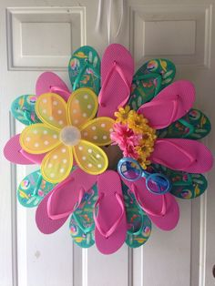 flip flop wreath - Bing images - Lilly is Love Summer Deco, Wreath Crafts, Diy Wreath, Mesh Wreath Tutorial, Wreath Ideas, Holiday Wreaths, Holiday Crafts, Crafts To Do, Diy Crafts