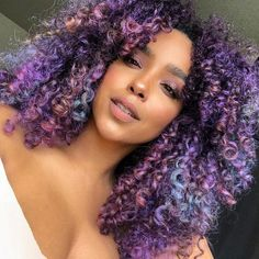 17 Tips to dye your curly hair without damaging it - Frisuren Dyed Curly Hair, Dyed Natural Hair, Colored Curly Hair, Curly Hair Cuts, Curly Hair Styles, Natural Hair Styles, Colored Natural Hair, Curly Purple Hair, Purple Natural Hair
