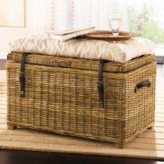 Een rieten kist waar je dekens en kussens in kan opbergen.