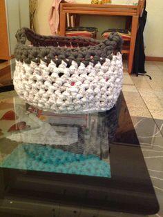 Es una cesta gris y gris flojo new con asas Sirve para poner tus cosas como tus gafas, bobinas de trapillo o cosas así...