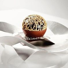 Perle de dentelle, chocolat au lait et caramel à la noisette, assiette designed…
