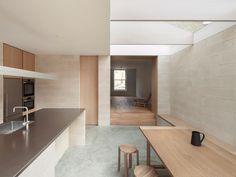 Al-Jawad Pike가 설계한 영국 런던의 Peckham에 위치한 개인 주택은 미니멀리스트한 곳이다. 이 프로젝트는 빅토리아 계단식 집에 새롭게 2층 후면의 확장을 추가하였다. 1 층에 있던 기존의 좁은 키친은 새로운..