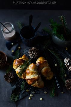 Plate of Joy: Świąteczne rogaliki drożdżowe pachnące kardamonem z marcepanem, suszonymi owocami i kandyzowanymi skórkami