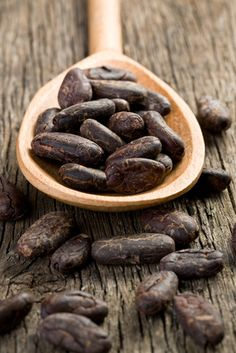 Yummy cacao nibs contain flavonoids, which are known to help lower blood pressure and improve blood flow Eat For Energy, Cacao Recipes, Cocoa Nibs, Cacao Beans, Ice Cream Toppings, Seed Pods, Chocolate Lovers, Hot Chocolate, How To Make Chocolate