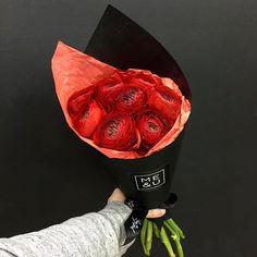 Яркие и страстные красные ранункулюсы в коллекции @meandu.ru MONO, радуй своих любимых вместе с нами! #купитьбукетмосква #купитьбукет #купить #букетмосква #букеты #випбукет #крутойбукет #модныйбукет #флористика #blackpaper #florist #flowers