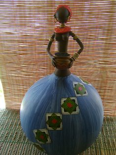 Africana em Cabaça e Biscuit Wine Bottle Crafts, Bottle Art, Painted Gourds, Biscuit, Gourd Art, Love Craft, Bottles And Jars, Figurative Art, Bird Houses