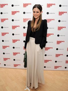 I love her cool, edgy, and romantic style.  A maxi skirt and black blazer is an effortless.