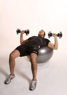 pecho con mancuernas con fitball more ball dumbbell ejercicios fitball ...