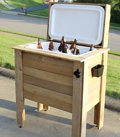 diy outdoor projects How to Build a Rustic Cooler from FREE Pallet Wood / Home Repair Tutor Deck Cooler, Pallet Cooler, Wood Cooler, Cooler Stand, Outdoor Cooler, Cooler Box, Free Pallets, Recycled Pallets, Wooden Pallets