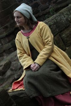 Carla Phillips from Travellers Through Time at St John's Church in Chester.  Note the placement of the brooch and the fact that the coat is lined.