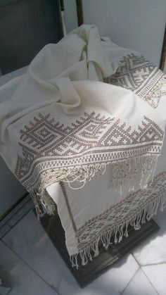 This Pin was discovered by Sür Cross Stitch Borders, Modern Cross Stitch, Hardanger Embroidery, Beaded Embroidery, Traditional Tapestries, Hand Work Design, Lace Painting, Drawn Thread, Bead Loom Patterns