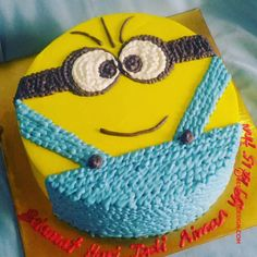 50 Most Beautiful looking Minions Cake Design that you can make or get it made on the coming birthday. Cake Decorating Frosting, Cake Decorating Designs, Creative Cake Decorating, Cake Decorating Videos, Cake Designs For Boy, Simple Cake Designs, Minion Cake Design, Minion Birthday, Minion Theme