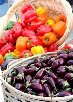 Papriku a baklažán môžeme nakladať a dochucovať na rôzne spôsoby. Výborná kombinácia je, ak ich do pohárikov umiestnime spolu, ochutíme a zalejeme olejom.