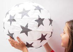 Schöne Papierballonlampe mit grauen Stoffsternen mit weißen Punkten für das Kinderzimmer.   Die Stoffmotive werden alle liebevoll von der Hand ausgeschnitten und einzeln auf den Ballon...