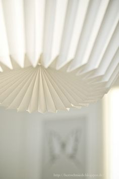 DIY Origami Lamp :: beautiful lampshade create from white wallpaper.