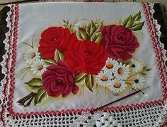 Pintura em tecido rosas vermelhas e margaridas