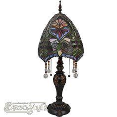 Tiffany Tafellamp Victorian Pearl  Een bijzonder mooie nostalgische tafellamp. Helemaal met de hand gemaakt van echt Tiffanyglas. Dit originele glas zorgt voor de warme uitstraling. Met bronskleurige voet. Met 2x grote fitting (E27) Max 60 Watt. Met 2 schakelaars aan de kap. Afmetingen: Hoogte: 79 cm Breedte: 32 cm Diepte: 32 cm