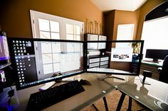 Awesome desk / background image configuration, by Flickr user Louish Pixel. Found via Unclutterer.