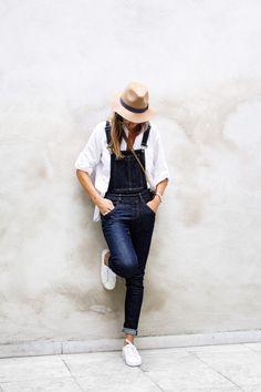 jardineira jeans, tenis e camisa branca: casual e estilosa