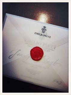 L'invitation du défilé Emilio Pucci est scellée à l'ancienne avec un cachet de cire rouge.  //  The Emilio Pucci invitation was sealed with an old-style red wax seal.