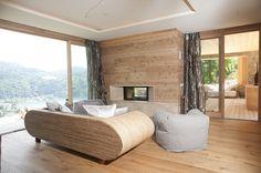 Sunseitn Wohnzimmer mit Kamin und Blick auf Döbriach am Millstättersee, Österreich