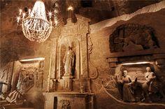 """探秘波兰维利奇卡盐矿  地下53层的神奇王国在距克拉科夫17公里外的小镇上有一个神奇的地下王国——世界遗产维利奇卡盐矿。    这是一个由盐组成的世界,教堂、餐厅、疗养院,一切都是盐建的,天花板上垂着盐花,地上铺着盐矿石……    维利奇卡这个词在波兰语里就是伟大的意思。陪我一探地下世界的向导开宗明义:""""曾经,盐就是黄金啊!""""今天看�"""