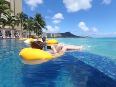 ホテルはシェラトンワイキキ オーシャンフロントのお部屋に無料アップグレードしてもらえました✨ 目の前が海だから波音に癒されてた♡ やっぱり海が好き♡ #シェラトンワイキキ#インフィニティープール#リゾート#resort#trip#relax#pool#sea#TG870#盗撮#私も撮影してる(笑)