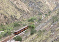 Zugspektakel in Ecuador - http://webtourist.info/zugspektakel-in-ecuador/ - In den ecuadorianischen Anden stürzt die Bahnstrecke vonAlausi nach Sibambe in nur einer halben Stunde 500 m in die Tiefe, verlangsamt nur durch fast parallel verlegte Gleise, die im Zickzack den Berg hinabdrängen und die Waggons wie Felsennester an die sogenannte Teufelsnase drücken. Mehr dazu hier.  photo credit: The Devil's Nose railway via photopin (license)