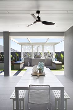 Clarendon Homes Newhaven Coastal Grand Alfresco Area Clarendon Homes Newhaven Küstengebiet Grand Alfresco - Image Upload Services Living Room Drapes, Outdoor Living Rooms, Alfresco Designs, Clarendon Homes, Modern Family Rooms, Alfresco Area, Outdoor Kitchen Design, Outdoor Settings, Outdoor Areas