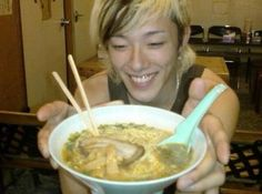 Awww, IKE eating ramen~