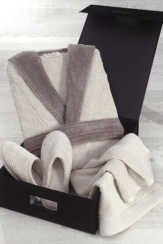 Darčekové box je perfektny darcek pre každú ženu, ktora naozaj miluje kvalitu a luxus. Darčekové balenie obsahuje dámský župan, utěrák aj papučky v rovnakom designu. Odporučáme!