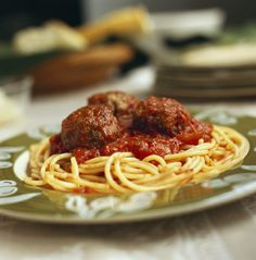Enjoy these meatballs in a homemade tomato sauce, served with hot cooked spaghetti. If you& looking for a recipe for spaghetti and meatballs, this is an excellent choice. Spaghetti Pie, Spaghetti And Meatballs, Spaghetti Recipes, Meatball Recipes, Pizza Recipes, Beef Recipes, Cooking Recipes, Dinner Recipes, Meatball Subs