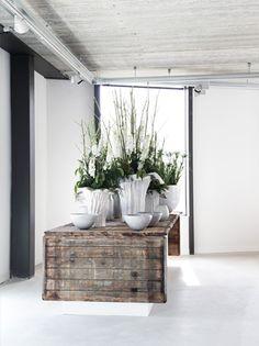 witte potten op houten tafel. Mooie decoratie