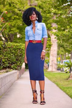 Style: Dressing Up & Down Floral Skirts – Best Fashion Advice of All Time Fitted Denim Shirt, Denim Shirt Style, Denim Shirts, Denim Jeans, Corporate Attire, Business Casual Attire, Looks Chic, Looks Style, Classy Outfits