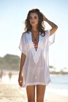 mistura de colares, bata branca, elegante, criativo..