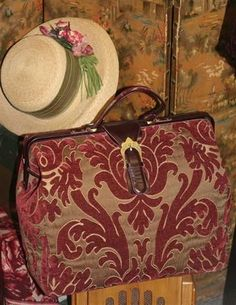 Beautiful Victorian Look Mary Poppin's Carpet Bag Mary Poppins, My Bags, Purses And Bags, Victorian Trading Company, Carpet Bag, Red Carpet, Romantic Outfit, Anne Of Green Gables, Vintage Handbags