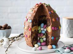 Bunter Osterei-Kuchen mit süßer Füllung