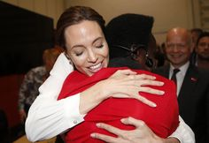 Pin for Later: Angelina Jolie reagiert emotional als Besucherin einer Konferenz