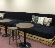 Sofa aus Paletten integrieren – DIY Möbel sind praktisch und originell - diy möbel sofa aus paletten auflage schwarz