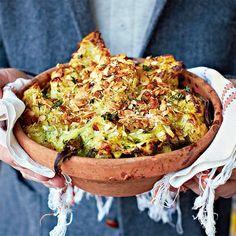 Dit is een favoriet in huize Oliver. De broccoli in de witte saus en het heerlijk krokante van het amandel-broodkruim zijn een geniale combi! Bedenk wel dat hoe beter de kaas, hoe lekkerder het eindresultaat wordt.    1 Verwarm de oven voor op 180 °C....
