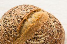 Vedieť upiecť domáci kváskový chlieb je nemalá frajerina. Ale hlavne je to obrovská dobrota! Kváskový chlieb je oveľa chutnejší než akýkoľvek kupovaný. Má chrumkavejšiu, krásne sfarbenú a skaramelizovanú kôrku. Má tiež nižší glykemický index a dlhšiu trvanlivosť. Tak prečo to neskúsiť? :) Bread, Baking, Food, Bread Making, Meal, Patisserie, Backen, Essen, Eten